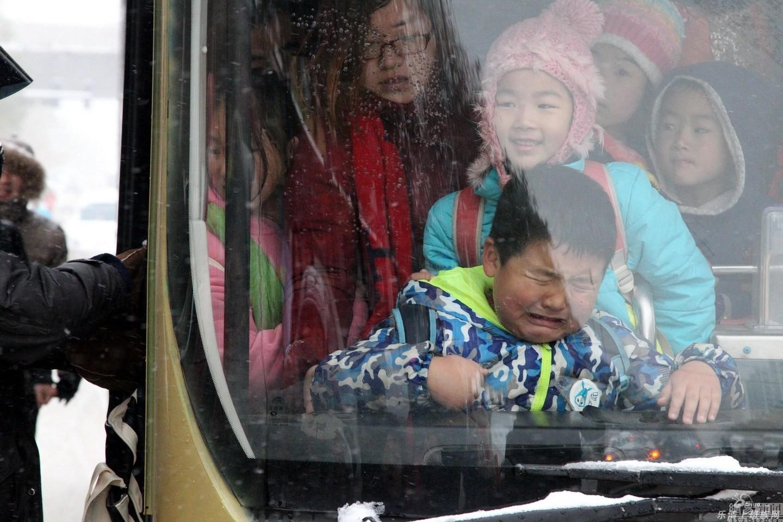 表情帝!公交车上的小胖纸都被挤哭了图片